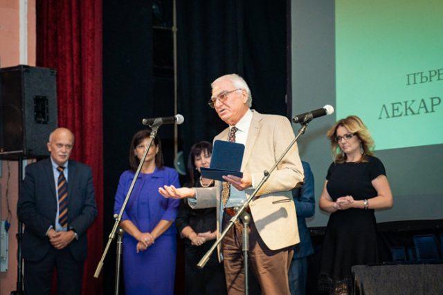 """Проф. д-р Тошко Лисичков награден в категория """"Доайен"""" от столичната колегия на БЛС"""